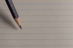 Карандаш на крупном плане изображения чистого листа бумаги Стоковое Фото