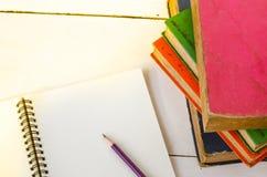 Карандаш старой книги на таблице Стоковая Фотография RF