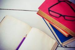 Карандаш старой книги на таблице Стоковые Изображения