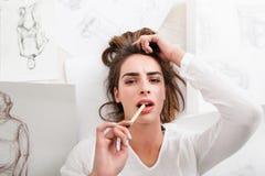 Карандаш художника женщины сдерживая потерянный в мысли Стоковая Фотография
