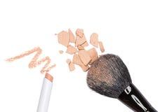 Карандаш Concealer и задавленный компактный косметический порошок с составом Стоковое Фото