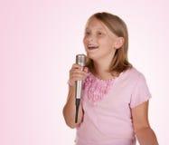 караоке девушки пея белым детенышам Стоковые Изображения RF