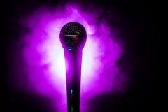 Караоке микрофона, концерт Вокальный аудио mic в нижнем свете с запачканной предпосылкой Живая музыка, звуковое оборудование Конц стоковая фотография