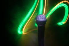Караоке микрофона, концерт Вокальный аудио mic в нижнем свете с запачканной предпосылкой Живая музыка, звуковое оборудование Конц стоковое изображение