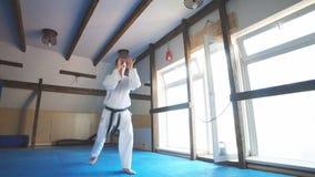 Карате человека тренируя в спортзале видеоматериал