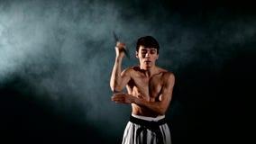Карате человека практикуя или fu kung Мастерское удерживание видеоматериал