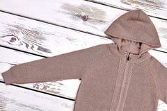 Кардиган молнии мальчиков с капюшоном коричневый Стоковые Фото