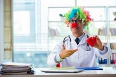 Кардиолог ребенка с стетоскопом и красным сердцем стоковое изображение
