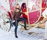 карета около женщины зимы парка Стоковая Фотография