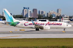 Карибское airpo Fort Lauderdale самолета Боинга 737-800 авиакомпаний Стоковое фото RF