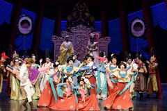 Карликовых шимпанзе танца- поступок во-вторых: пиршество в ` принцессы дворц-былинного ` драмы танца Silk Стоковые Изображения RF