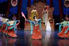 Карликовых шимпанзе танца- поступок во-вторых: пиршество в ` принцессы дворц-былинного ` драмы танца Silk Стоковая Фотография