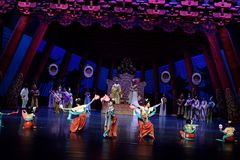 Карликовых шимпанзе танца- поступок во-вторых: пиршество в ` принцессы дворц-былинного ` драмы танца Silk Стоковое Фото