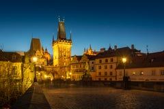 Карлов мост в Праге к ноча Стоковое Изображение RF