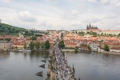 Карлов мост и замок Праги увиденный от старого городка наводят башню стоковые изображения
