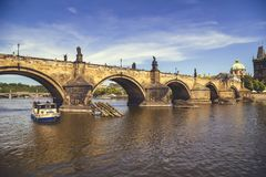 Карлов мост и лодка с туристами 2 стоковое фото