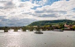 Карлов мост пересекая реку Влтавы в Праге стоковые изображения rf