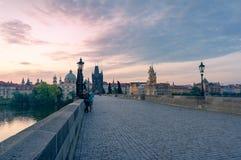 Карлов мост с людьми на красивом восходе солнца стоковое изображение