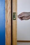 Карманная дверь голубой раскрытой стеной будучи открыванным и Стоковое Изображение