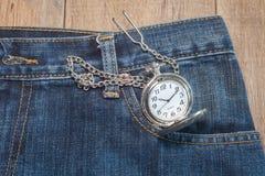 Карманный вахта в карманн джинсов Стоковое Изображение