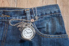 Карманный вахта в карманн джинсов Стоковая Фотография RF