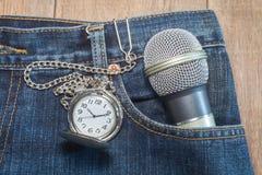 Карманный вахта в карманн джинсов Стоковые Фото
