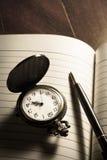 Карманный вахта и ручка на книге Стоковые Изображения RF