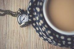 Карманный вахта на деревянном при кофейная чашка обернутая в шарфе VI Стоковое Изображение