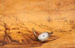 Карманный вахта на старой предпосылке карты, Стоковая Фотография