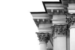 Карниз и богато украшенные столбцы старого обесцвеченного здания в классическом стиле стоковые фотографии rf