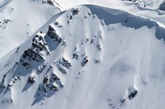 Карниз снега в горах зимы в холодном дне солнца Стоковое Изображение RF