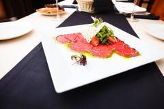 Карпаччо из говядины с салатом Стоковая Фотография RF