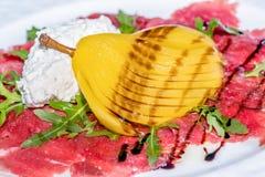 Карпаччо из говядины с отрезанным плавленым сыром груши и Стоковое фото RF