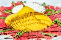 Карпаччо из говядины с отрезанным плавленым сыром груши и Стоковые Фото