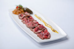 Карпаччо из говядины с соусом и овощами Стоковая Фотография RF