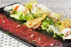 Карпаччо из говядины с сыр пармесаном, каперсами и Стоковое фото RF