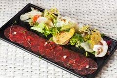Карпаччо из говядины с сыр пармесаном, каперсами и Стоковое Фото