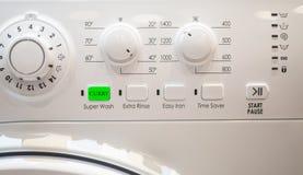 Карри извлекает кнопку на стиральной машине стоковая фотография