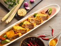 Карри рыб Asam с чесноком, chili, лимонным соргом, луком и соусом стоковое изображение rf