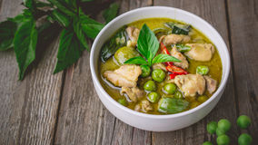 Карри с ингридиентами, тайская традиция цыпленка зеленое кухни и Стоковые Фотографии RF