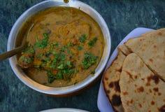 Карри цыпленка масла с индийским хлебом Стоковые Изображения RF