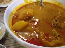 Карри цыпленка с луками и chili в шаре стоковое изображение rf