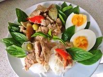 Карри цыпленка зеленое с лапшой вермишели или риса Стоковое Изображение RF