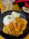 Карри tongkatsu свинины фрая японское с рисом Стоковое Фото