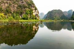 Карстовый ландшафт в заливе Halong земли Стоковая Фотография RF