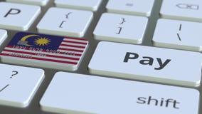 Карта банка отличая флагом Малайзии как ключ на клавиатуре компьютера Анимация малайзийского онлайн-платежа схематическая иллюстрация штока