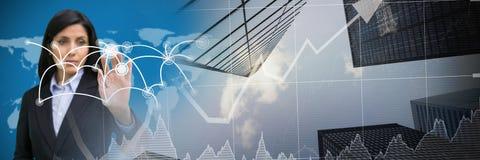 Карта бизнес-леди касающая взаимодействующая с переходом диаграммы финансов города Стоковые Фотографии RF