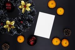 Карта венка и белой бумаги рождества на черной предпосылке Пустая карта с местом текста Взгляд сверху оформления рождества стоковые изображения