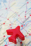 Карта Великобритании с самолетом модели над Лондоном Стоковые Фотографии RF