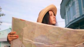 Карта города привлекательной девушки битника исследуя в старом городке Молодая женщина смешанной гонки туристская путешествуя в Т акции видеоматериалы